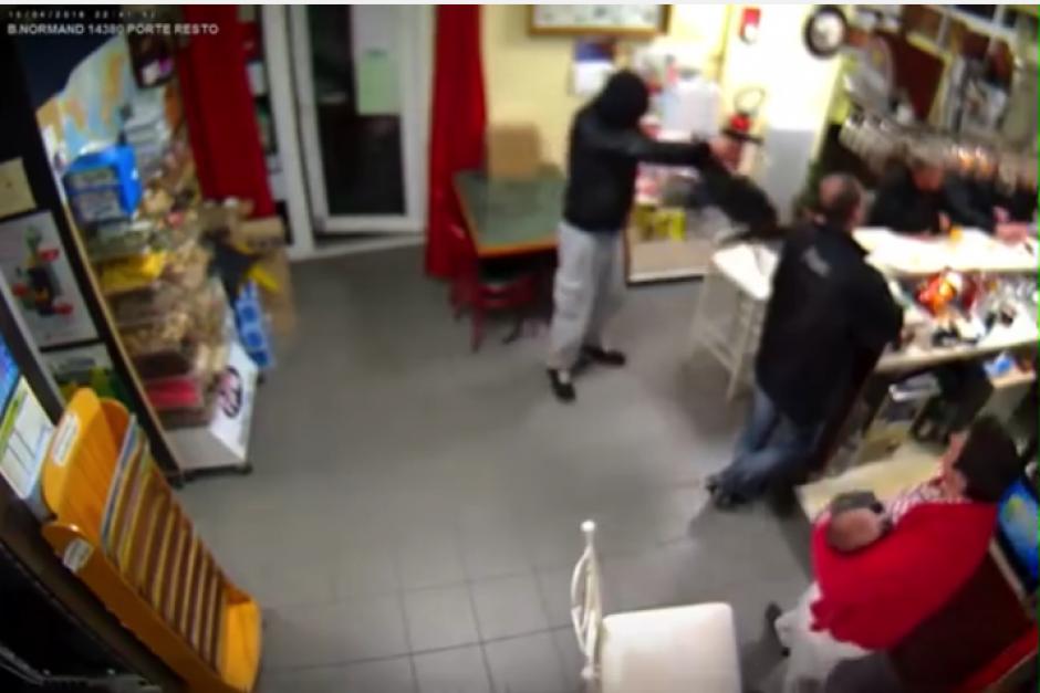 La propietaria de un local enfrentó a un ladrón con su bebé en brazos. (Foto: YouTube)
