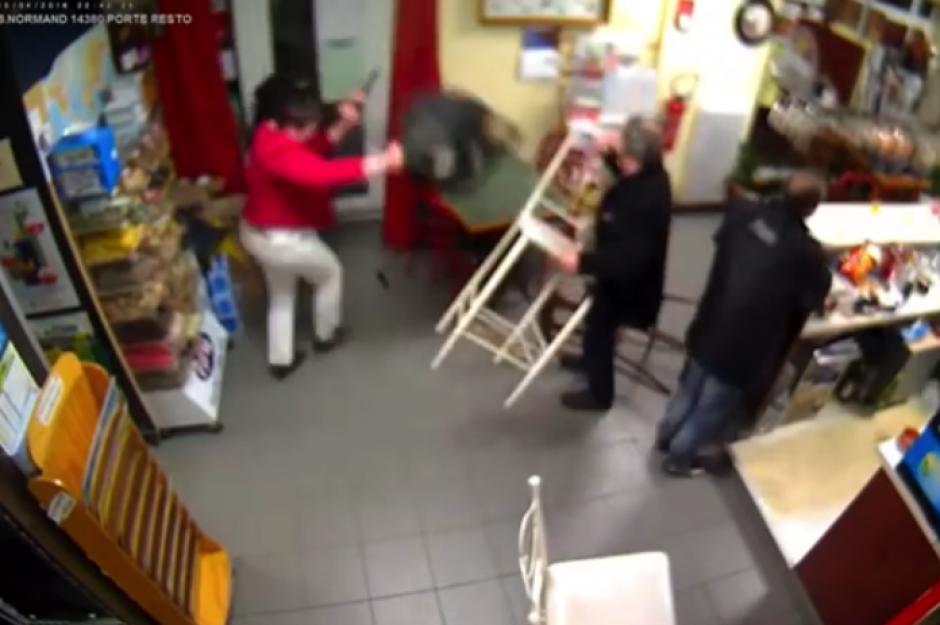 Otros compradores se unieron a la mujer para sacar al ladrón de la tienda. (Foto: YouTube)