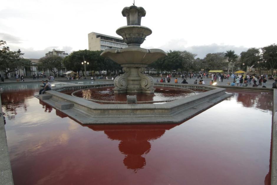 La fuente del Parque Central se tiñó de rojo. (Foto: Alejandro Balan/Soy502)