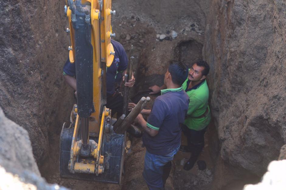 Para reparar la tubería fue necesario excavar al menos cinco metros. (Foto: Jesús Alfonso/Soy502)