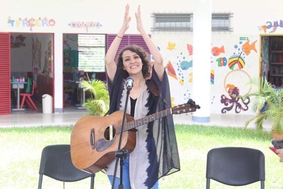 """Gaby Moreno visitó la escuela primaria """"Adentro, Noemí Morales de Arjona"""" ubicada en Ixcanal. (Foto: Esther garcía y Elly de Dardón))"""