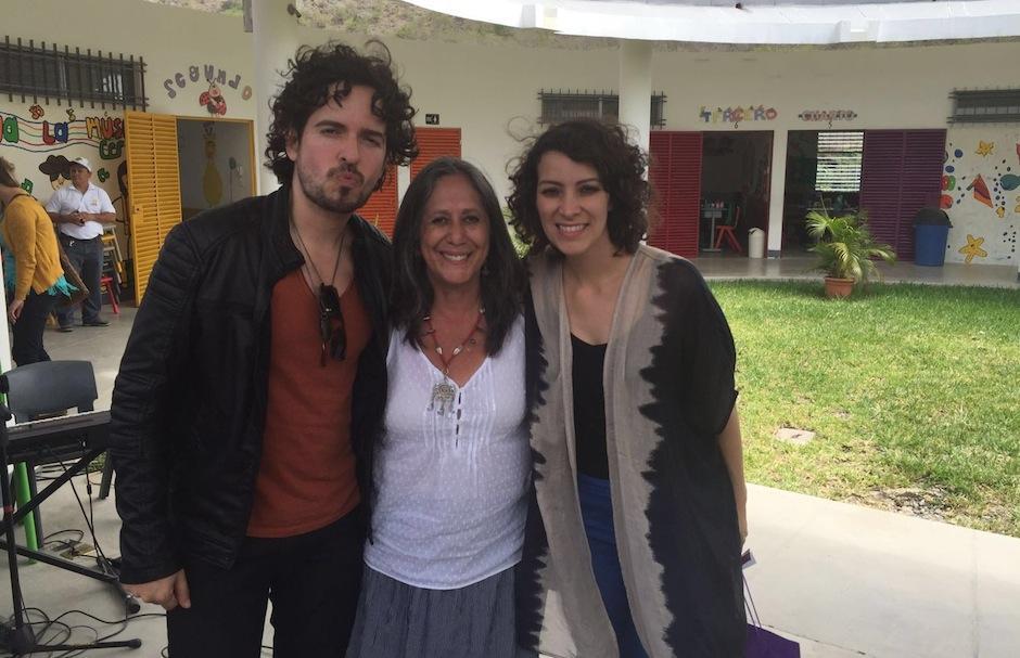 Tommy Torres y la directora de Fundación Adentro, Adela Fernández, acompañaron a la cantautora. (Foto: Esther García y Elly de Dardón)