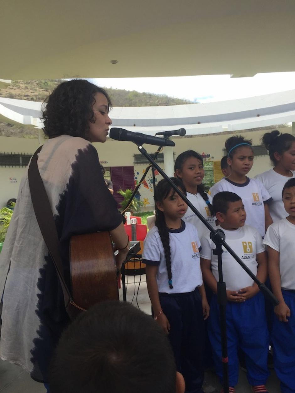Gaby también compartió sus canciones. (Foto: Esther García y Elly de Dardón)