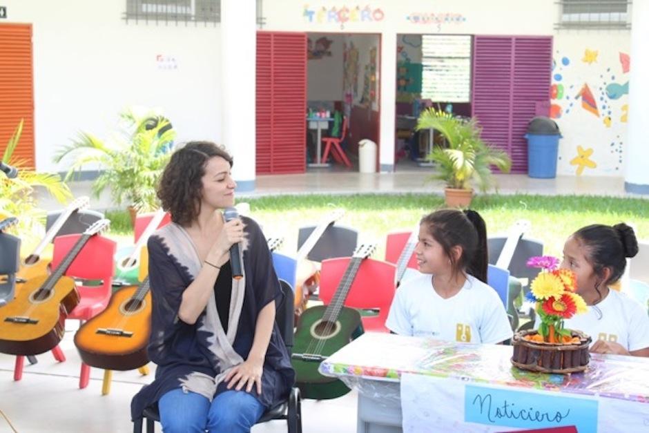 Gaby compartió con los alumnos, entusiastas por la música. (Foto: Esther García y Elly de Dardón)
