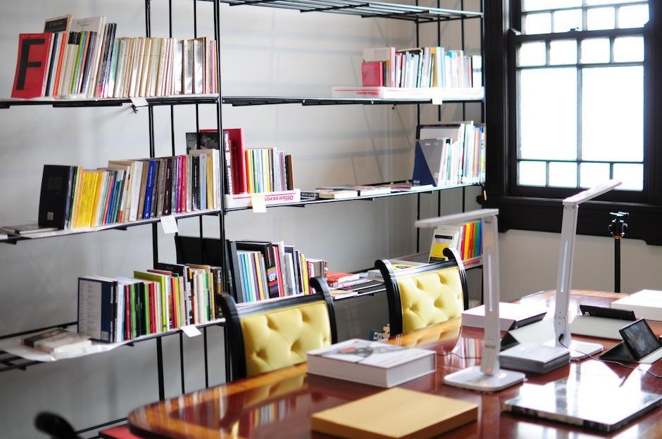 Las instalaciones cuentan con un archivo literario con estos temas. (Foto: Alejandro Balán/Soy502)