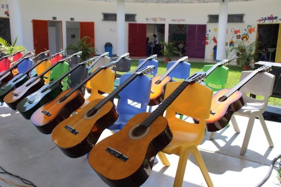 Los niños y sus guitarras. (Foto: Esther García y Elly de Dardón)