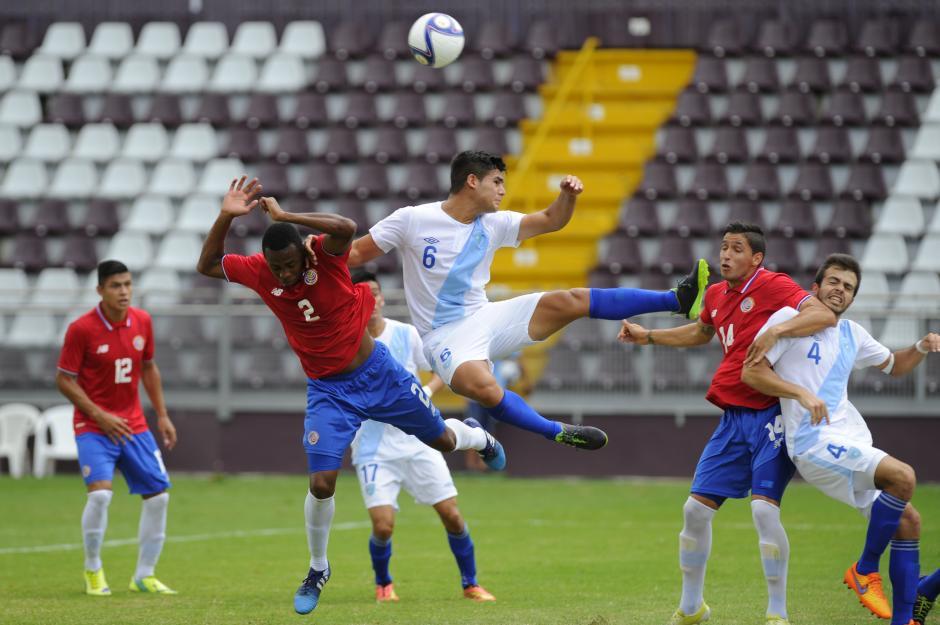 El defensor guatemalteco José Pinto pelea el balón en el aire, la Bicolor cayó por la mínima diferencia. (Foto: Rafael Murillo/La Nación de Costa Rica)
