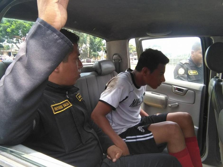 El futbolista fue llevado al juzgado de la localidad. (Foto: Servicable Canal 14/Facebook)