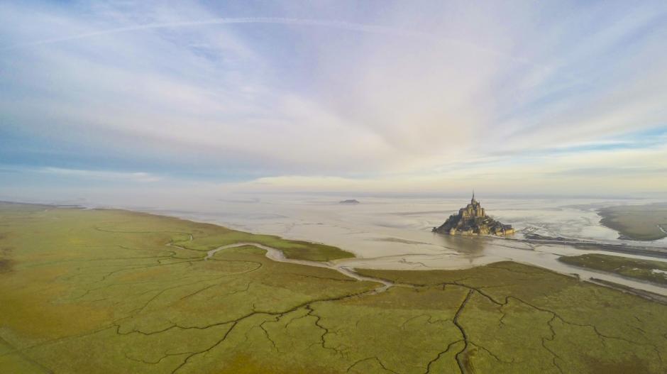 Impresionante vista aérea del Monte Saint Michel en Normandia, Francia. (Foto: wanaiifilms/dronestagram)