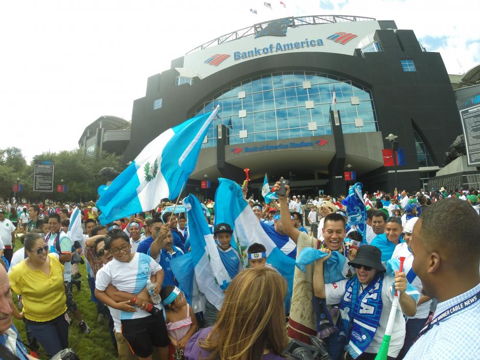 Miles de guatemaltecos alentaron a la Bicolor en Charlotte. (Foto: Aldo Martínez/Nuestro Diario)