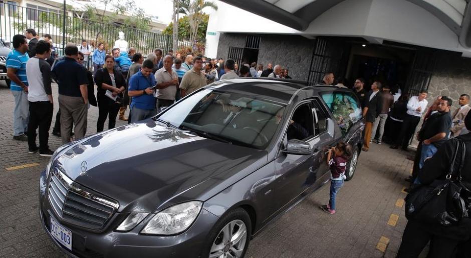 La carroza fúnebre que trasladó el cadáver de Gabriel Badilla. (Foto: @PuroDeporteLN)