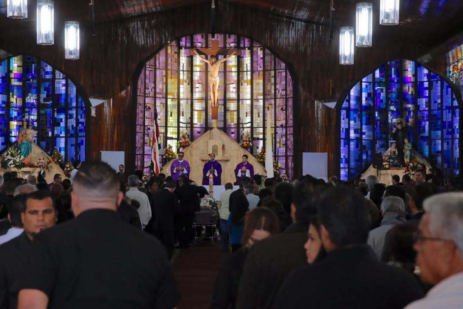 Antes del sepelio de Gabriel Badilla se ofició una misa de cuerpo presente. (Foto: @PuroDeporteLN)