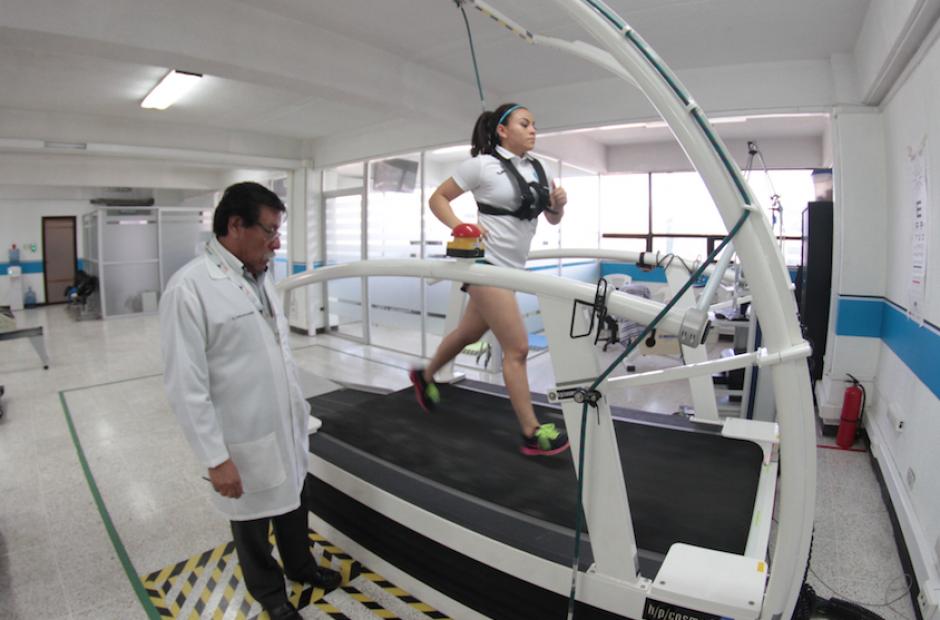 El equipo médico y técnico de la CDAG y el COG realizan las pruebas a los deportistas nacionales, (Foto: Luis Barrios/Soy502)