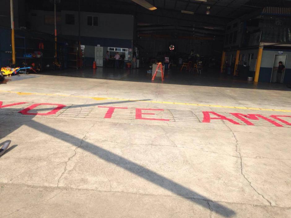 Un helicóptero llevaba con un hermoso mensaje de amor.  (Foto: Cortesía Gabriela Turcios)