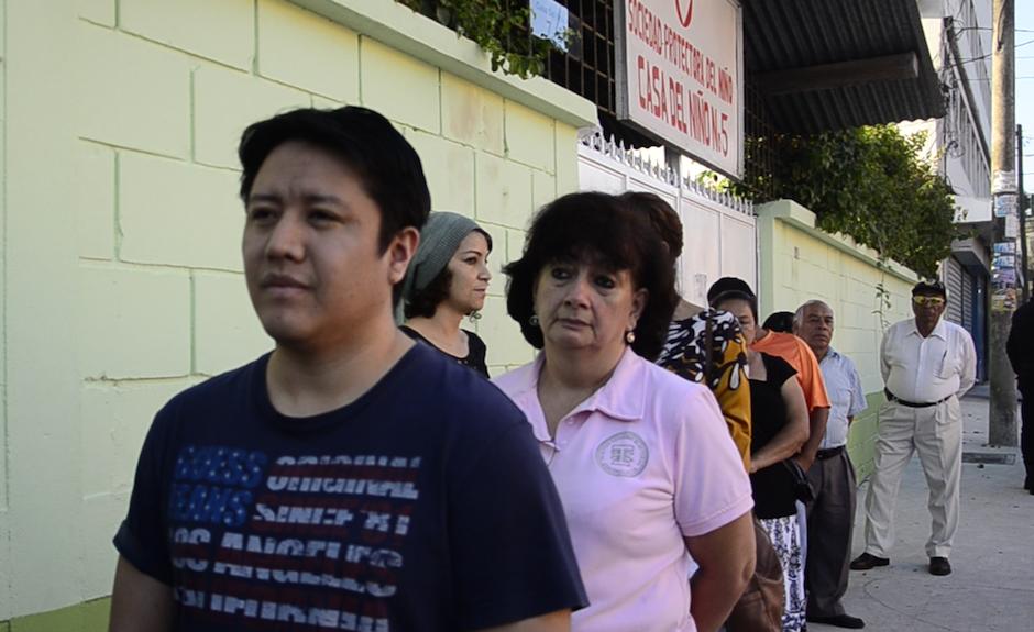 Gaby hizo cola como todos los asistentes, esperando que las puertas de su centro de votación se abrieran. (Foto: Selene Mejía/Soy502)