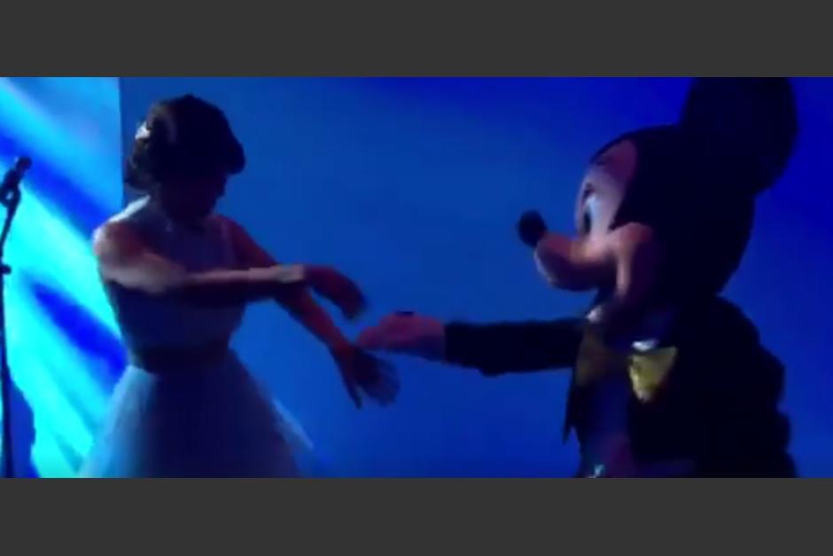La cantautora mostró algunos pasos de salsa a Mickey Mouse. (Foto: Gaby Moreno)