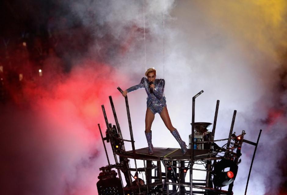 En su show usó un traje plateado. (Foto: Tom Pennignton/AFP)