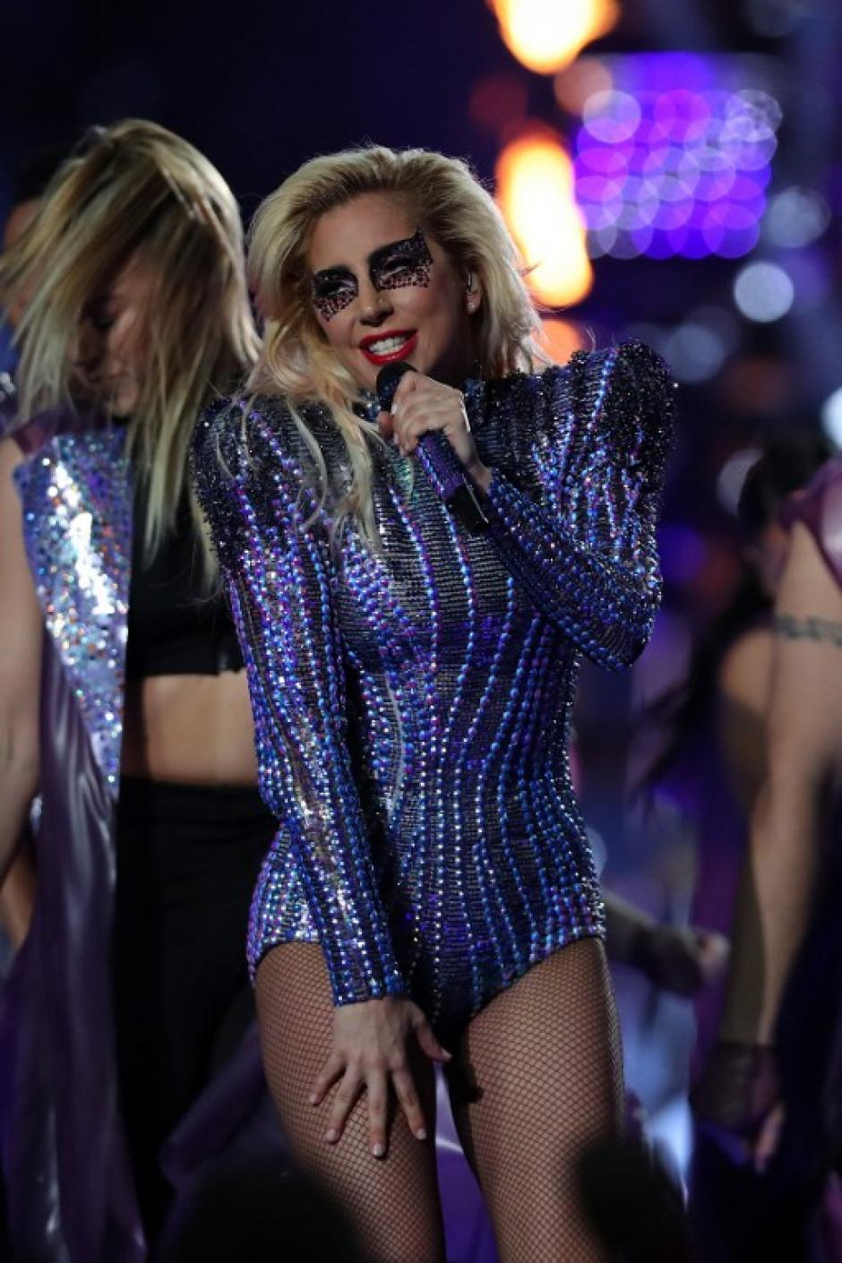 Gaga envió un cariñoso saludo a sus padres durante el show. (Foto: Tom Pennignton/AFP)