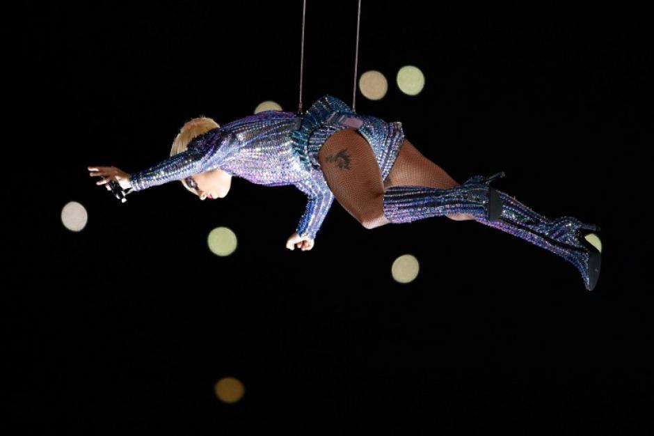 Gaga voló para aproximarse al público. (Foto: Tom Pennignton/AFP)