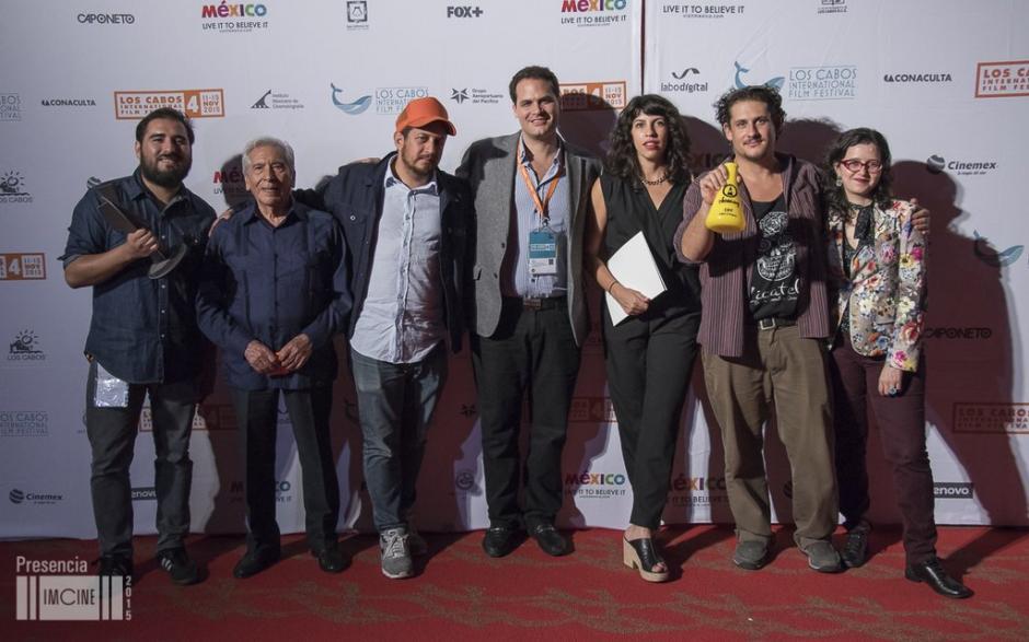 """Julio Hernández comparte en la alfombra roja junto a los galardonados de la cuarta edición del """"Cabo Film Fest"""". (Foto: Imcine)"""