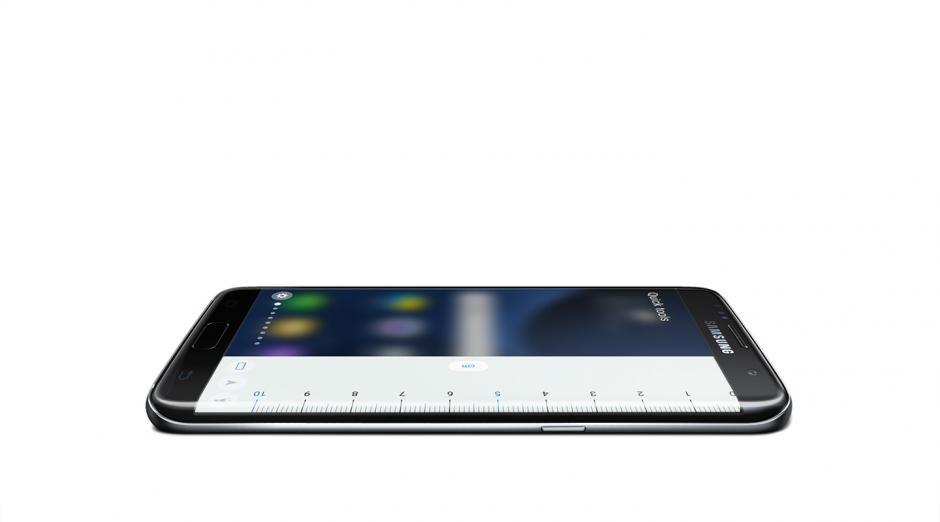 La pantalla del Edge 7S puede ayudarte como un metro, una linterna o una brújula. (Foto: Samsung)