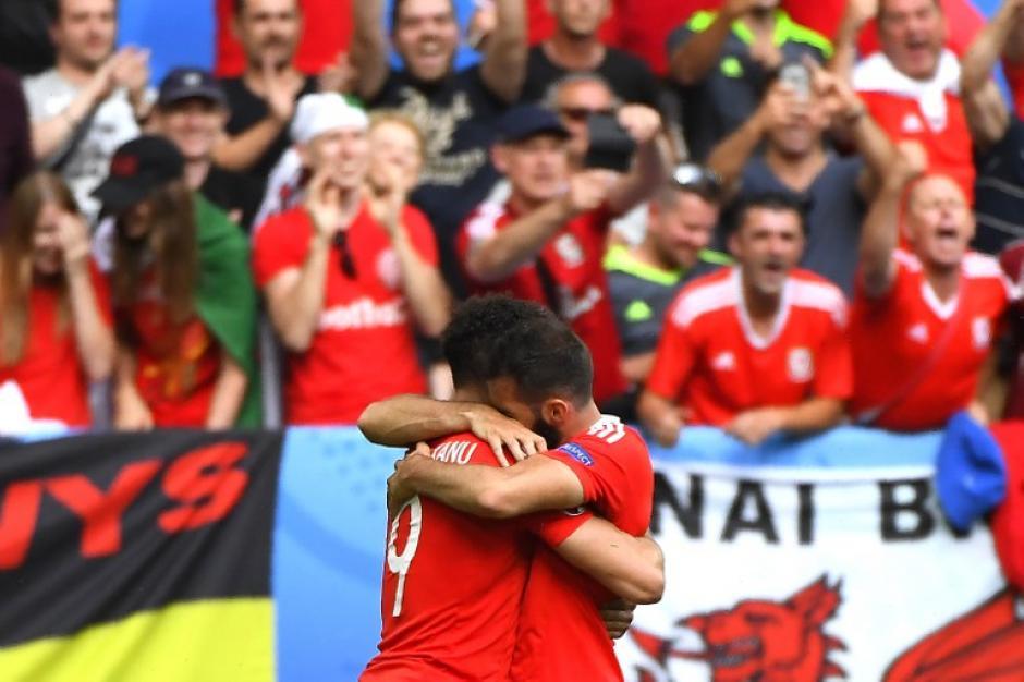 Así festejaron los jugadores de Gales su primer partido y triunfo en la historia de la Eurocopa. (Foto: AFP)