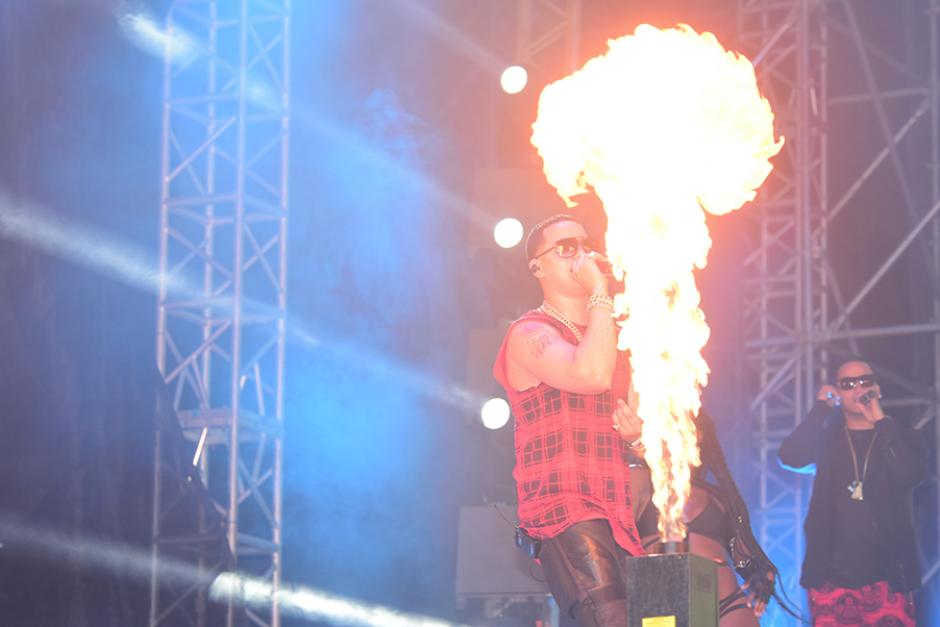 El cantante puertorriqueño, J. Álvarez, hizo vibrar al público al ritmo del reguetón. (Foto:Abner Salquero/Nuestro Diario)