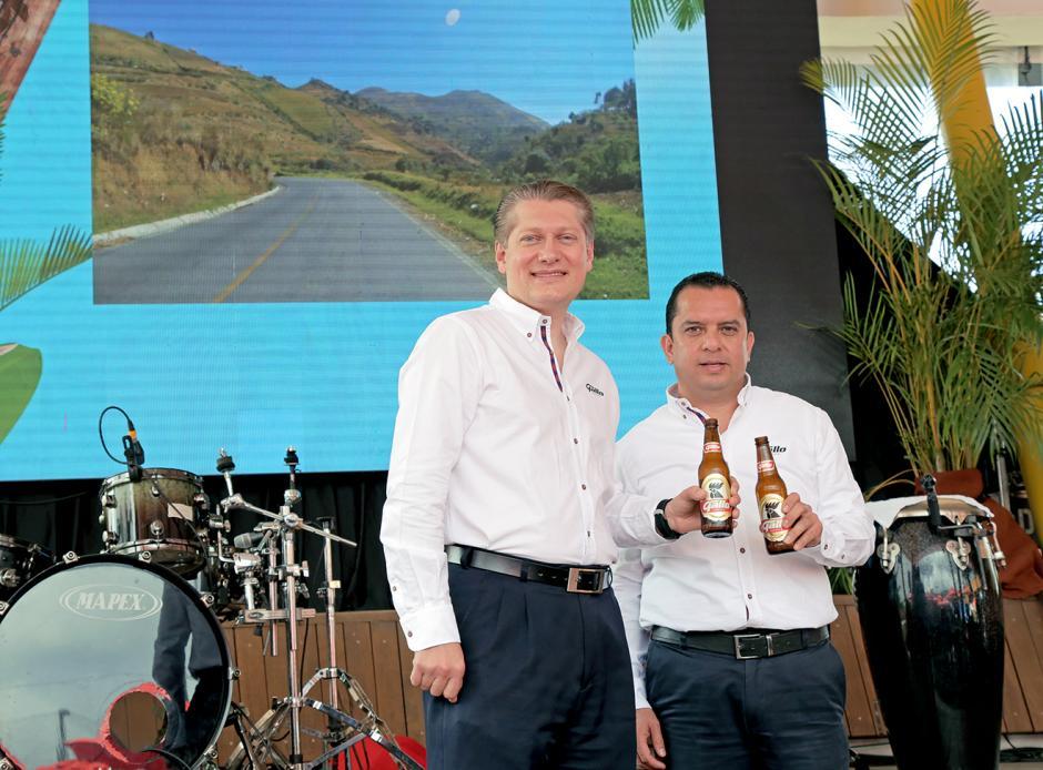 Rodrigo Gavarrete, vocero de Cervecería Centroamericana, junto a Ricardo Pontaza, gerente de marca Gallo. (Foto: George Rojas/Soy502)