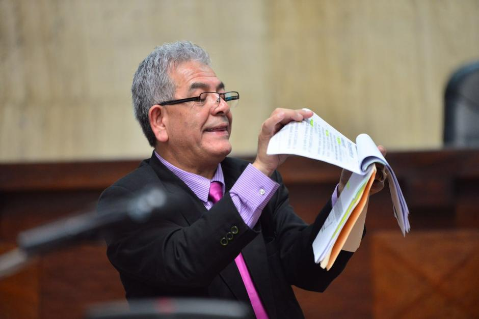 En momentos se le extravían los documentos al honorable. (Foto: Jesús Alfonso/Soy502)