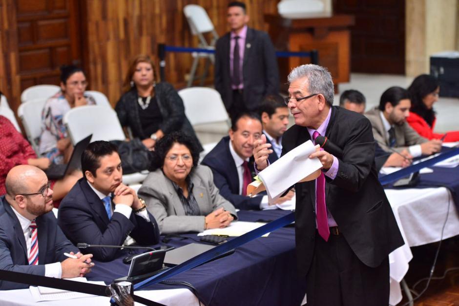 Gálvez enseña al abogado Mario Cano algunos documentos. (Foto: Jesús Alfonso/Soy502)
