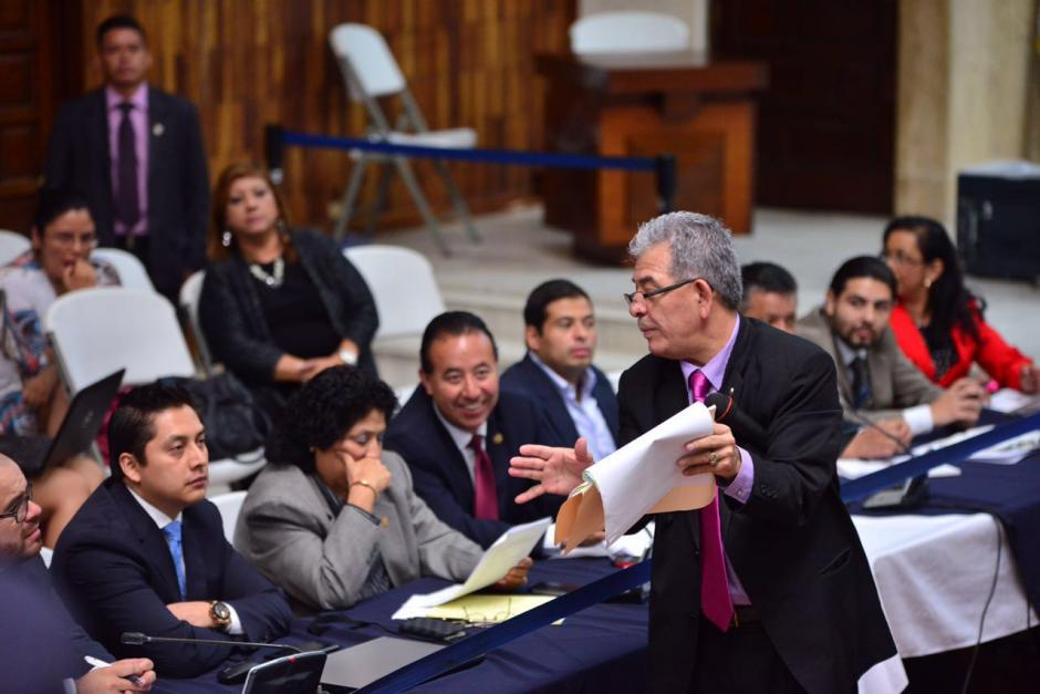 Atentos los defensores observan los documentos presentados. (Foto: Jesús Alfonso/Soy502)
