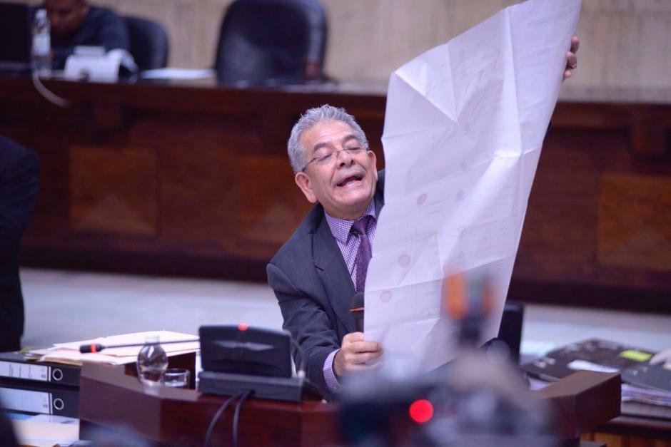 Con varios documentos realiza la exposición de sus conclusiones. (Foto: Jesús Alfonso/Soy502)