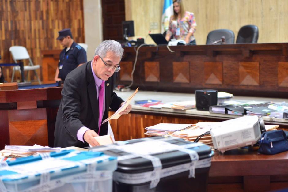 Son varios documentos los que utiliza Gálvez para exponer su resolución. (Foto: Jesús Alfonso/Soy502)