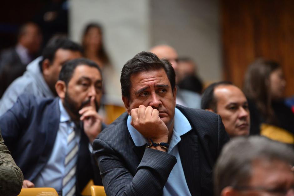 Gustavo Alejos y al fondo Mauricio López Bonilla en el último día de audiencia. (Foto: Jesús Alfonso/Soy502)