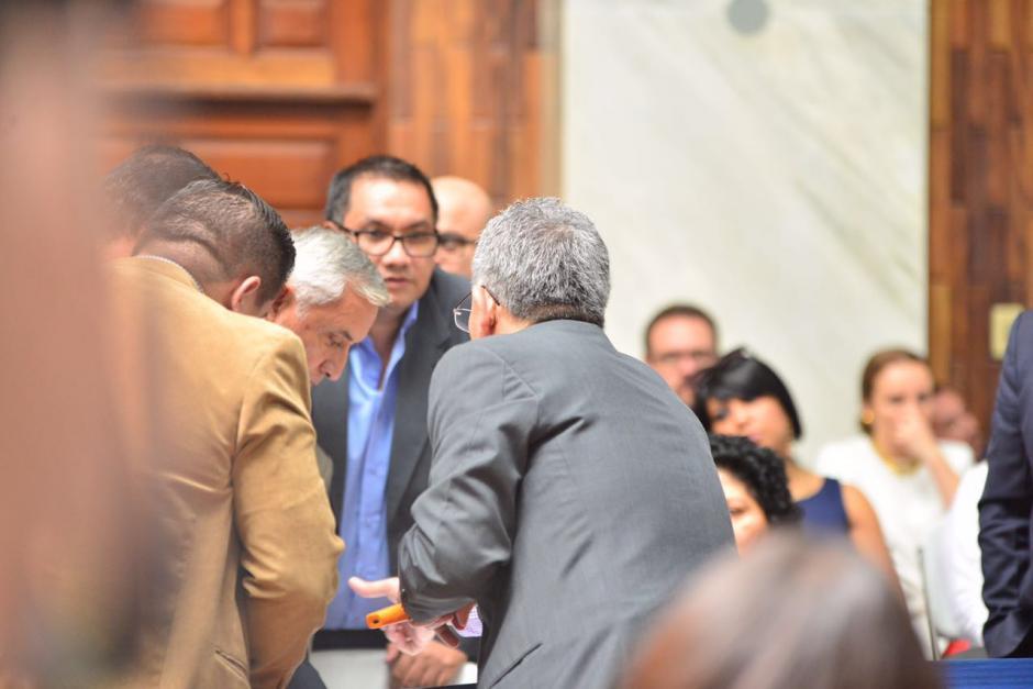 Otto Pérez se muestra interesado en los documentos de su finca. (Foto: Jesús Alfonso/Soy502)