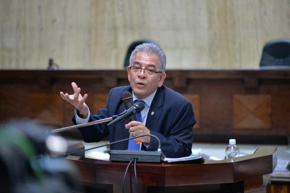 En el centro de la sala Miguel Ángel Gálvez argumenta su análisis. (Foto: Wilder López/Soy502)