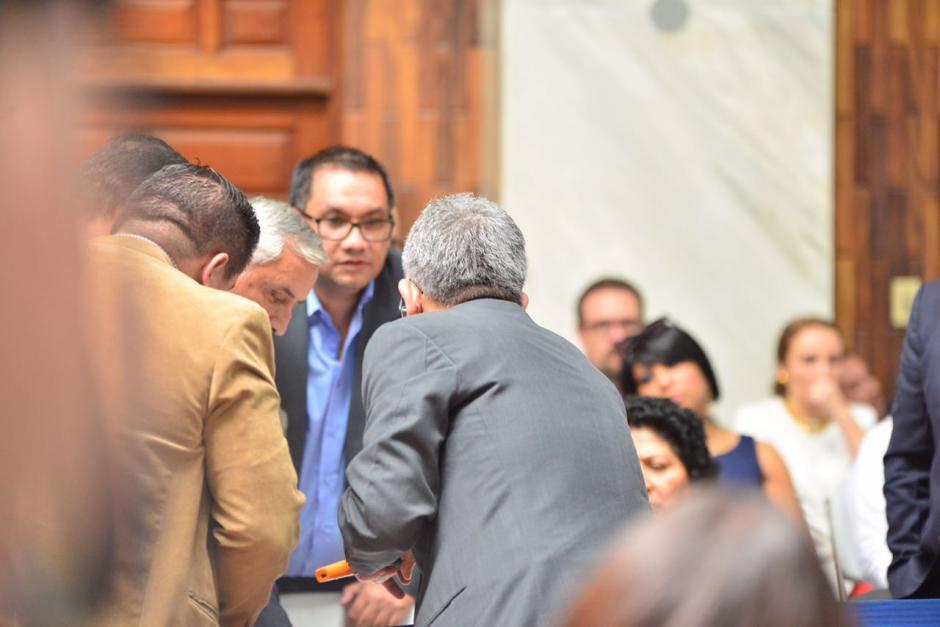 El juez Gálvez muestra los documentos de la finca en Zaragoza. (Foto: Jesús Alfonso/Soy502)
