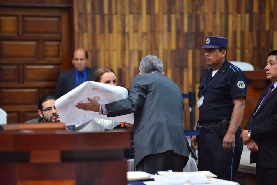 Con mapas y otros documentos, el juez Gálvez explica el caso. (Foto: Jesús Alfonso/Soy502)