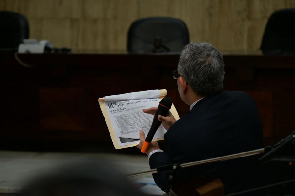 Con varios documentos Gálvez argumenta sus conclusiones. (Foto: Wilder López/Soy502)