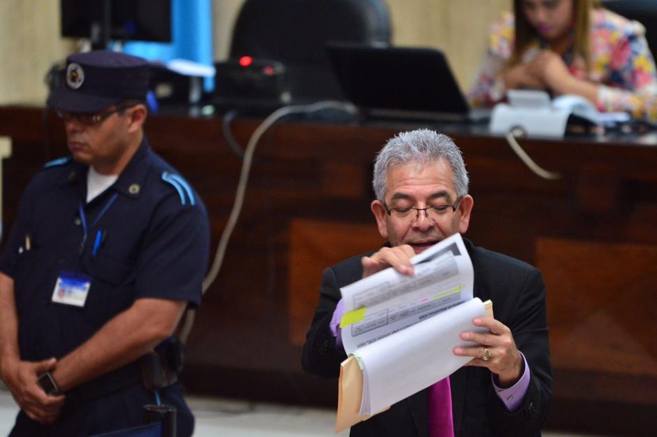 Con cada grupo de implicados se toma el tiempo de explicar. (Foto: Jesús Alfonso/Soy502)