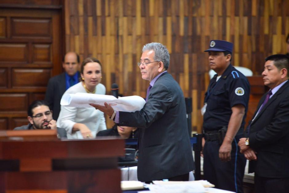 Rodeado de documentos el juez Miguel Ángel Gálvez continúa su exposición. (Foto: Jesús Alfonso/Soy502)