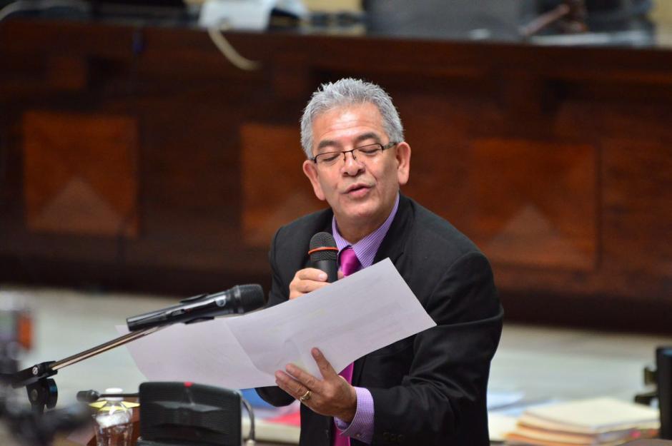 Los apuntes y documentos son analizados por el juez Gálvez. (Foto: Jesús Alfonso/Soy502)