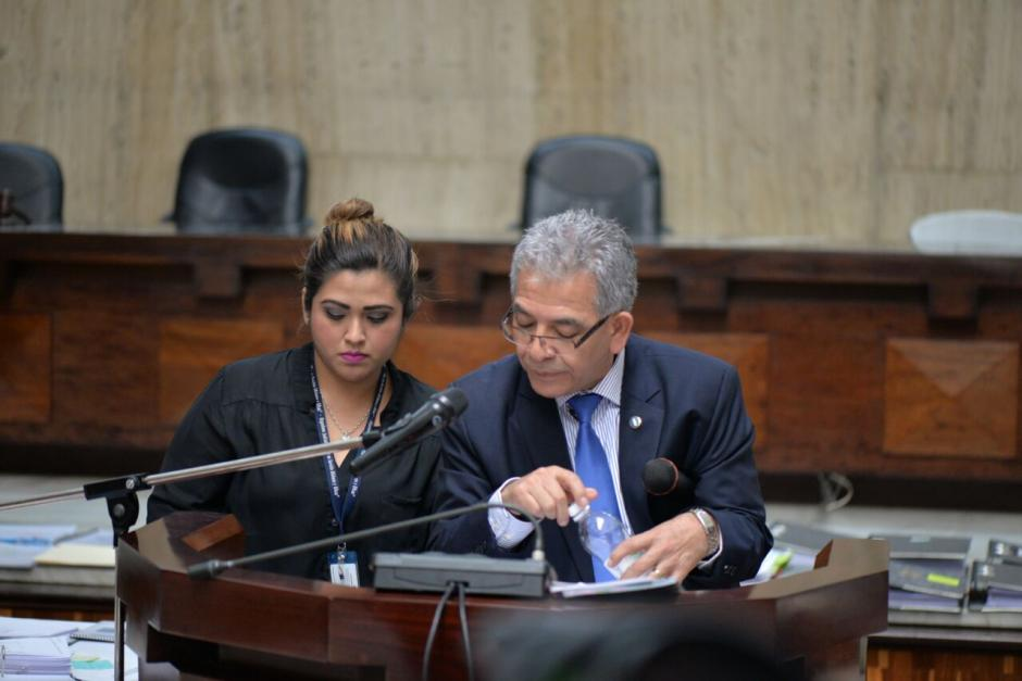 En ocasiones solicita ayuda de sus asistentes para encontrar documentos. (Foto: Wilder López/Soy502)