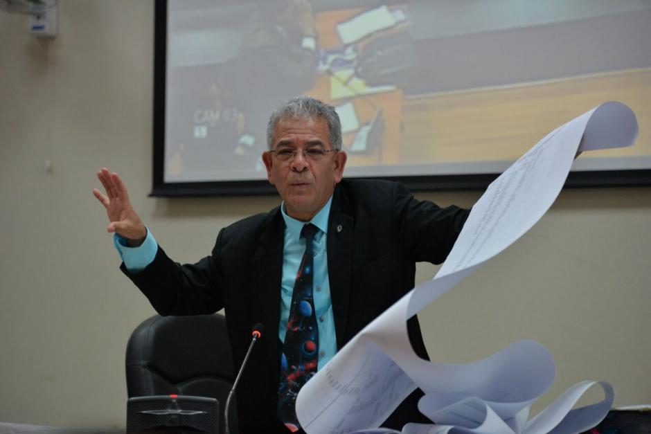 El juez de Mayor Riesgo B, Miguel Ángel Gálvez, mostró un enorme rollo de papel durante la audiencia de La Línea. (Foto: Wilder López/Soy502)