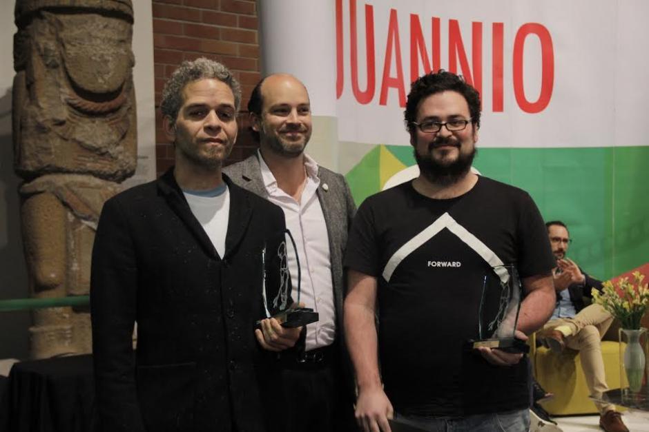 David Pérez - Karma Davis y Gabriel Rodríguez reciben el premio de Eduardo Lima, presidente de Juannio. (Foto: Burson-Marsteller)