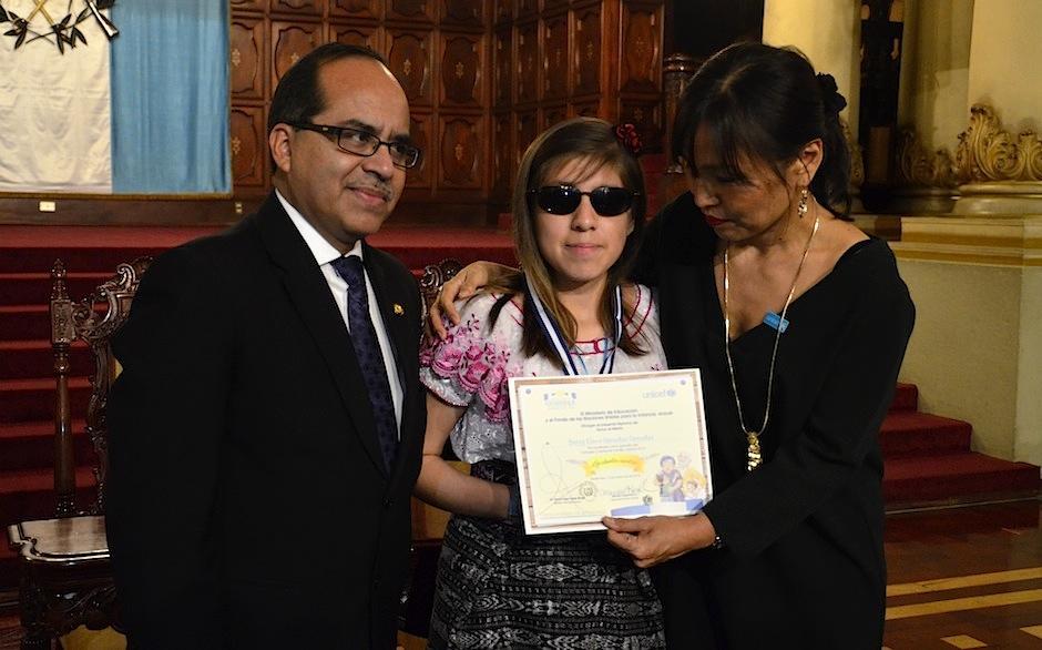 Betzy Elena González presentó un cuento en braille. (Foto: Selene Mejía/Soy502)