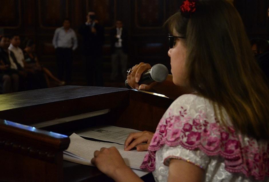 González leyó su historia al público. (Foto: Selene Mejía/Soy502)