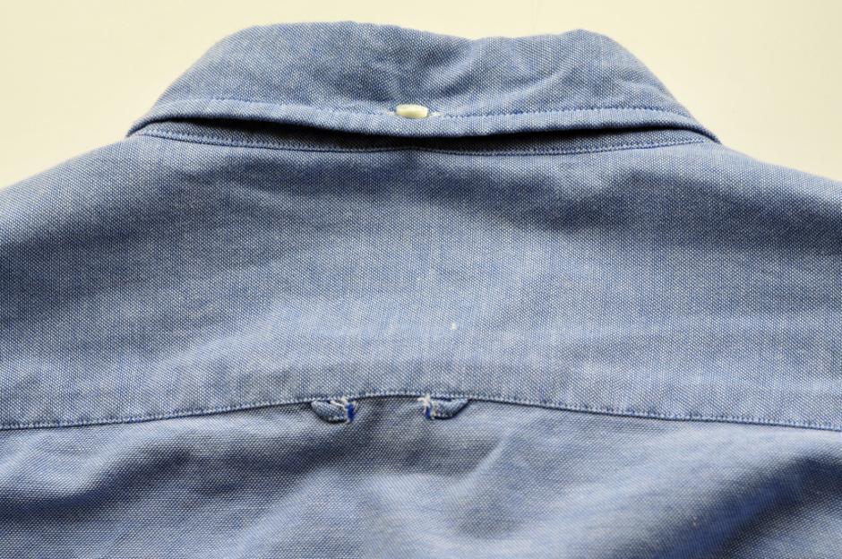 Algunos prefieren arrancarla para no tener problemas al momento de planchar la camisa. (Foto: elsalvador.com)