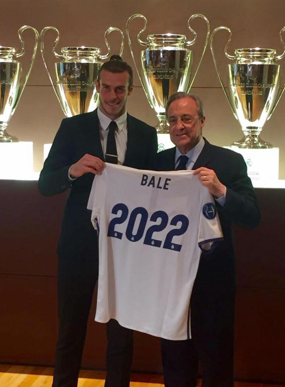 Bale junto a Florentino Pérez luego de firmar la renovación de su contrato. (Foto: Facebook/Gareth Bale)