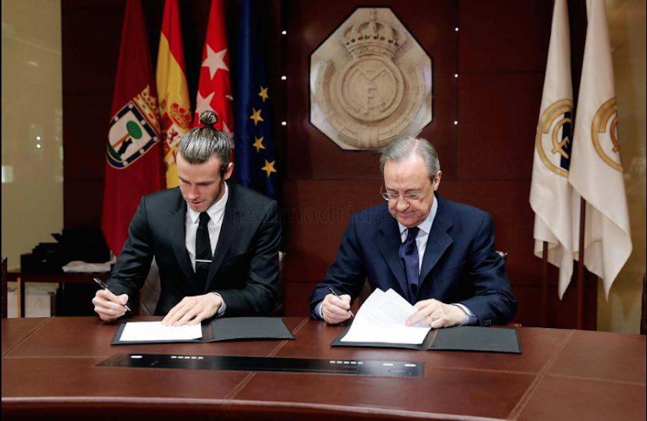 Florentino Pérez junto a Gareth Bale al momento de la firma de la ampliación del contrato. (Foto: Twitter/@RealMadrid)